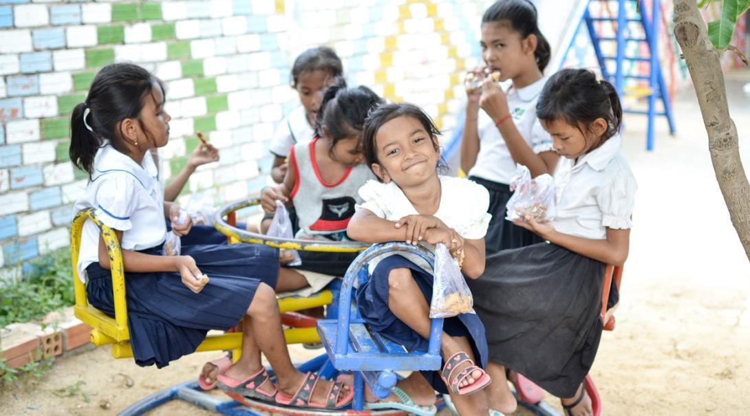 休み時間中に校庭で遊ぶカンボジアの子供たち